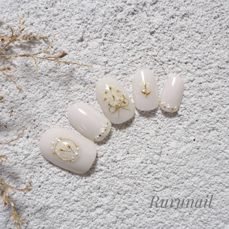 画像2: ホワイトグレーと小さな押し花ブライダルネイルチップ(426